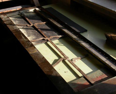 Beispiel 15 Restauration und Verglasung antiker Gehäusetür vorher
